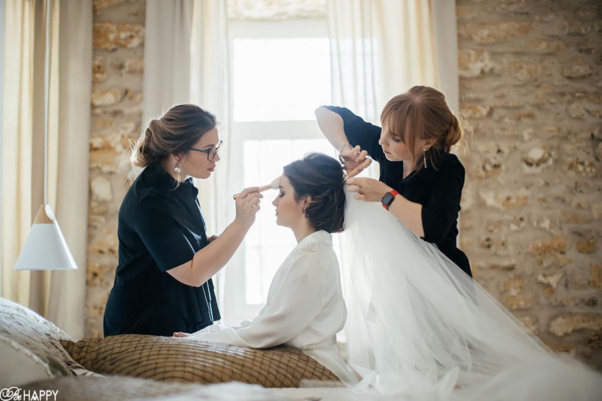 Прическа невесты и свадебный макияж перед торжественной частью