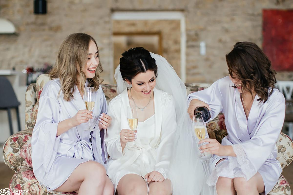 Невеста и дружки пьют шампанское во время сборов
