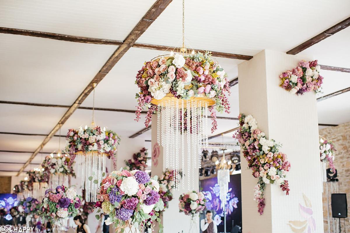 Украшение люстр в банкетном зале живыми цветами свадебная флористика бихеппи