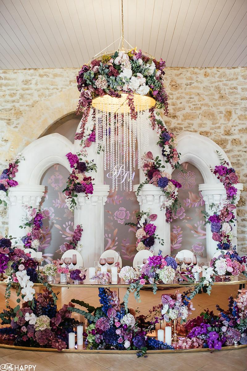 Стол молодоженов, украшенными сиреневыми, белыми и розовыми цветами