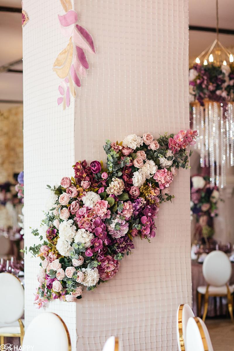 Композиции из живых цветов в оформлении банкетного зала