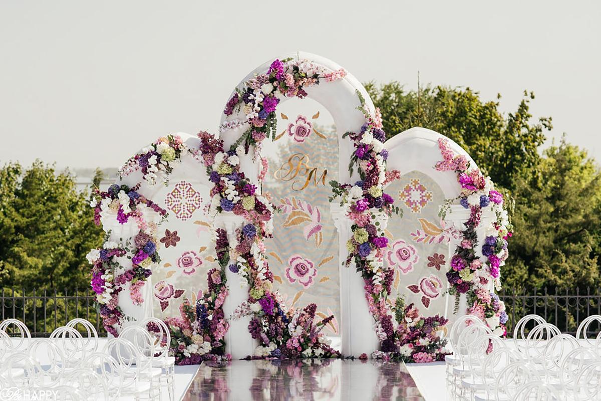 Свадебная арка с нарисованным и живыми цветами выездная церемония Николаев
