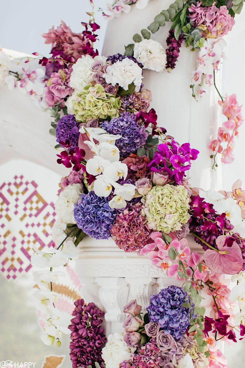 Колона с лентой из живых цветов фото