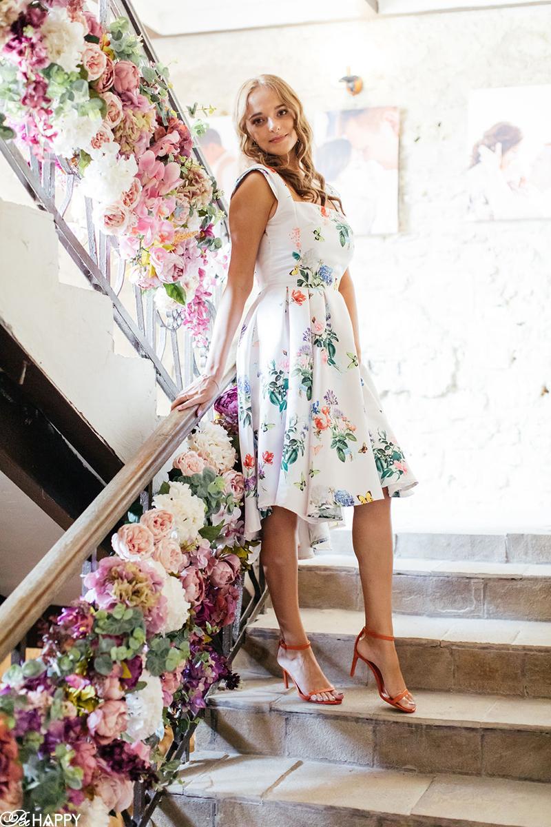 Гостья в цветочном платье свадьба Би Хеппи