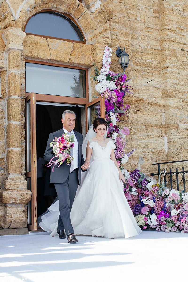 Отец невесты ведет невесту к жениху фото