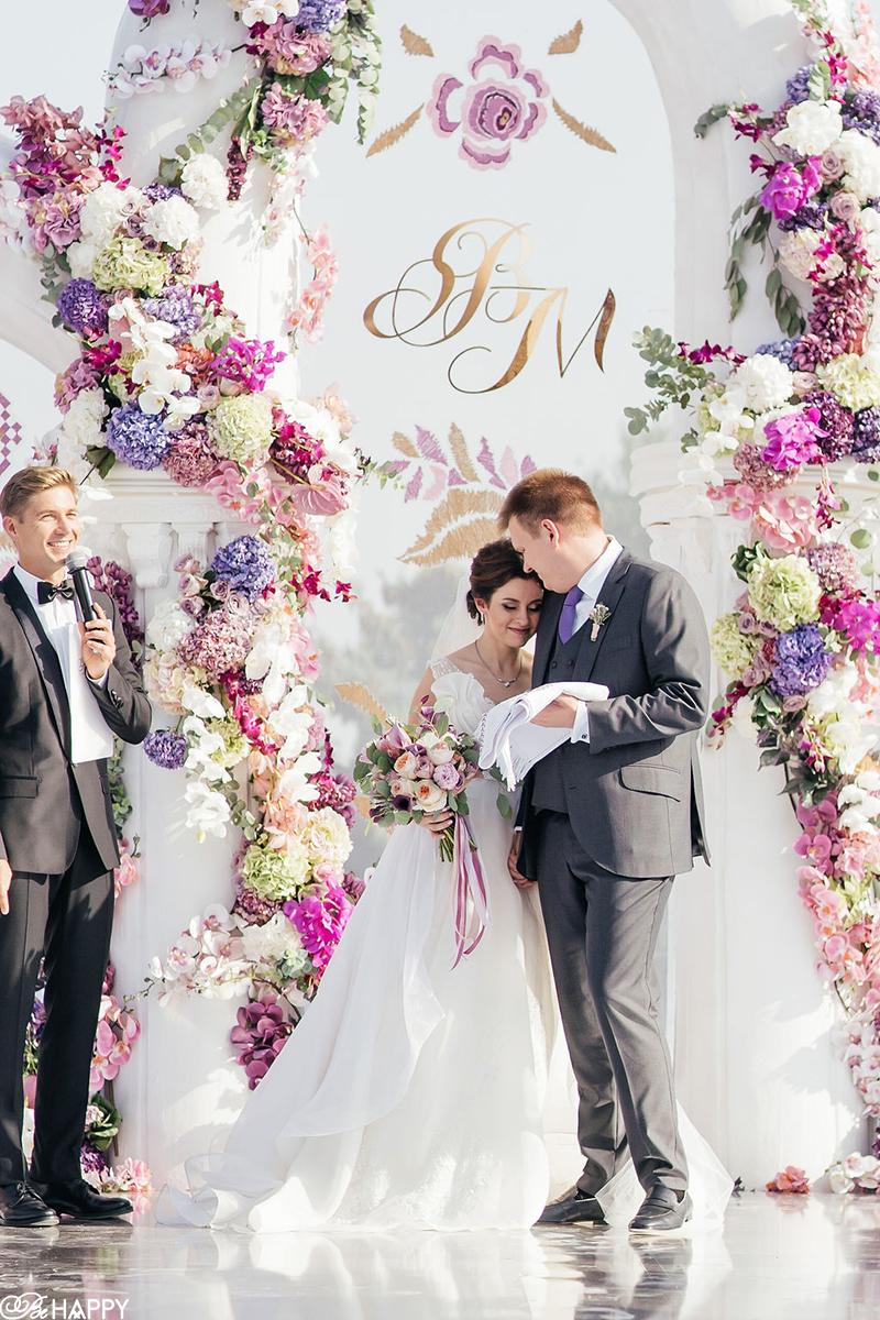 Ведущий Владимир Остапчук объявляет жениха и невесту мужем и женой
