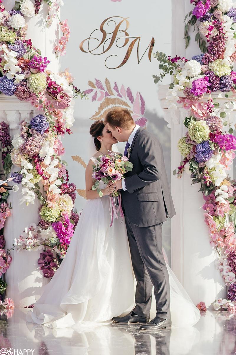 Первый поцелуй жениха и невесты свадебная арка Би Хеппи
