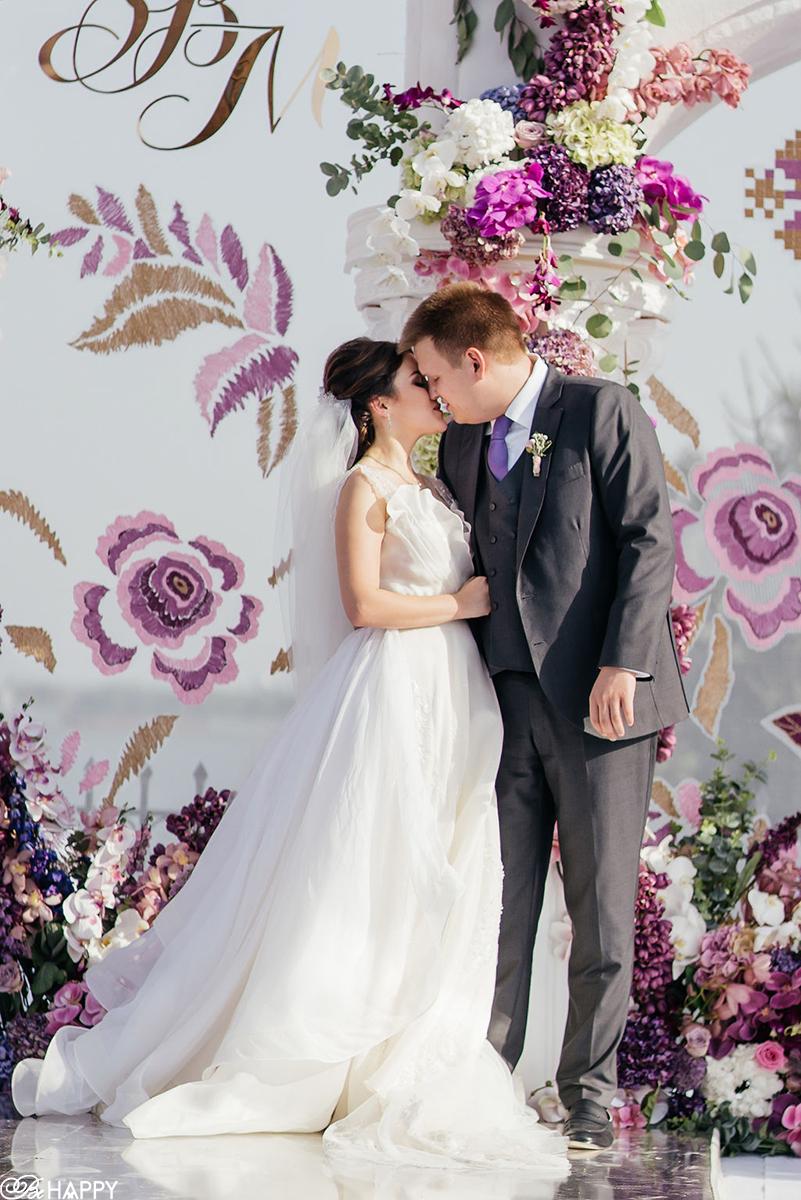 Поцелуй жениха и невесты фото выездная свадебная церемония