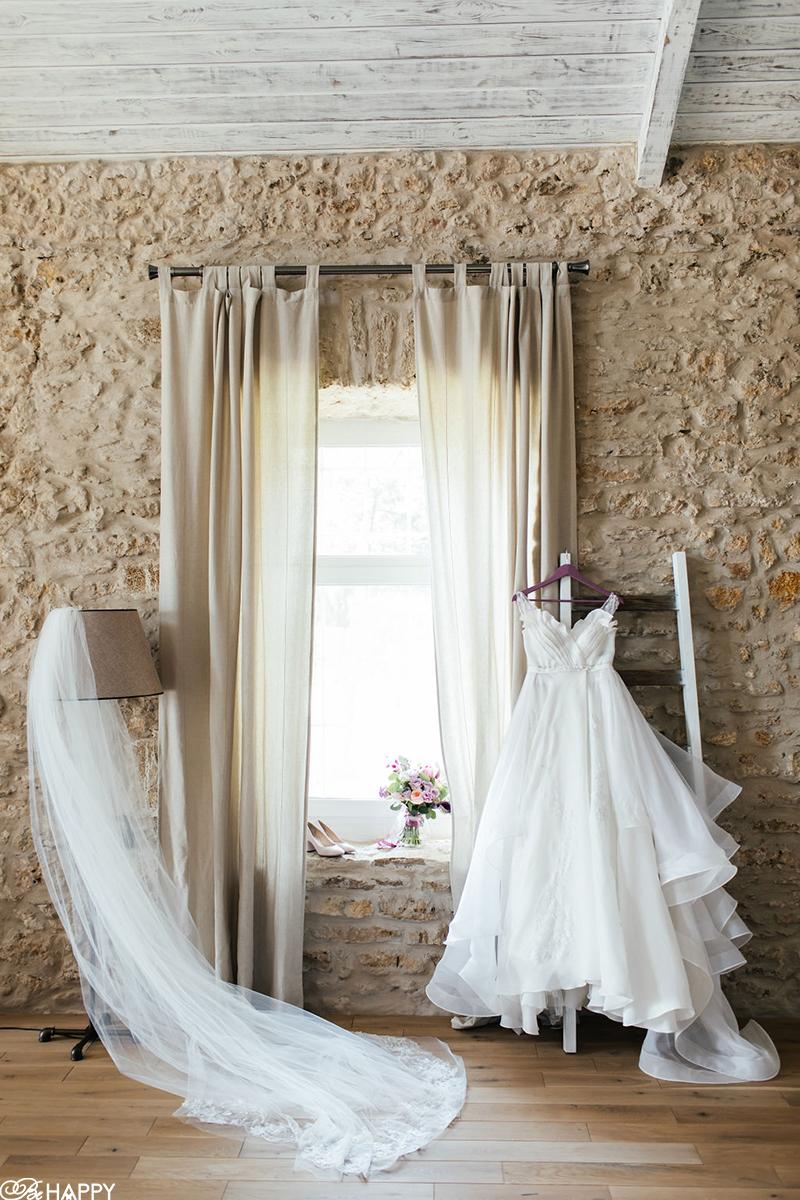 Свадебное платье и туфли на вешалке фото
