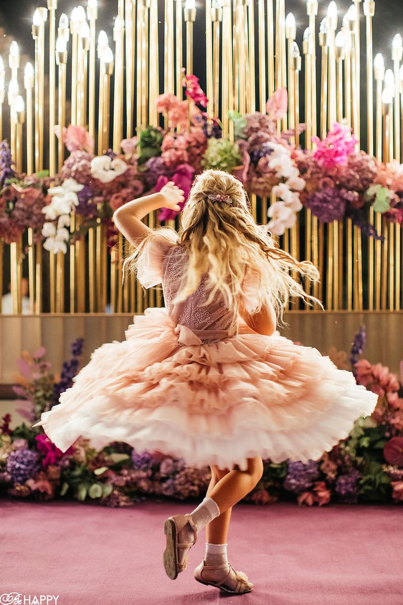 Танцующая девочка в платье с пышной юбкой