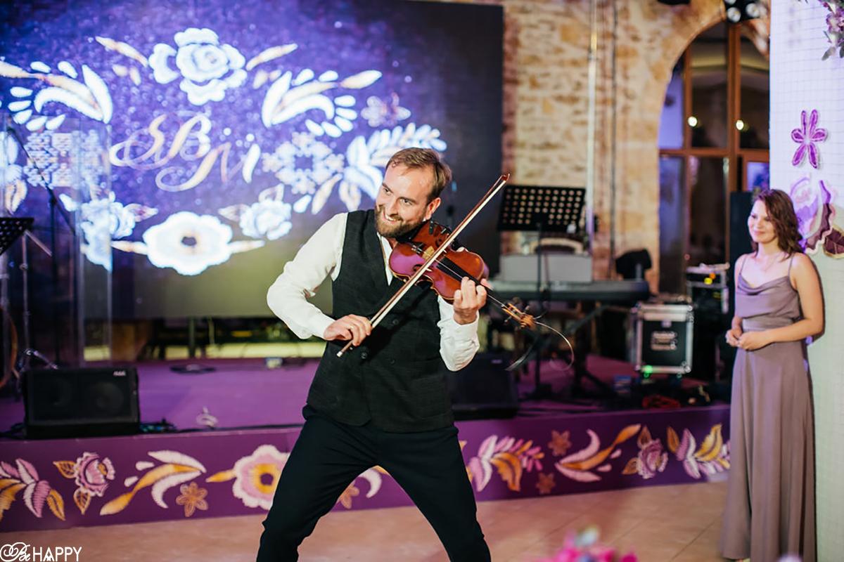 Фото музыканта играющего на свадьбе Би Хеппи