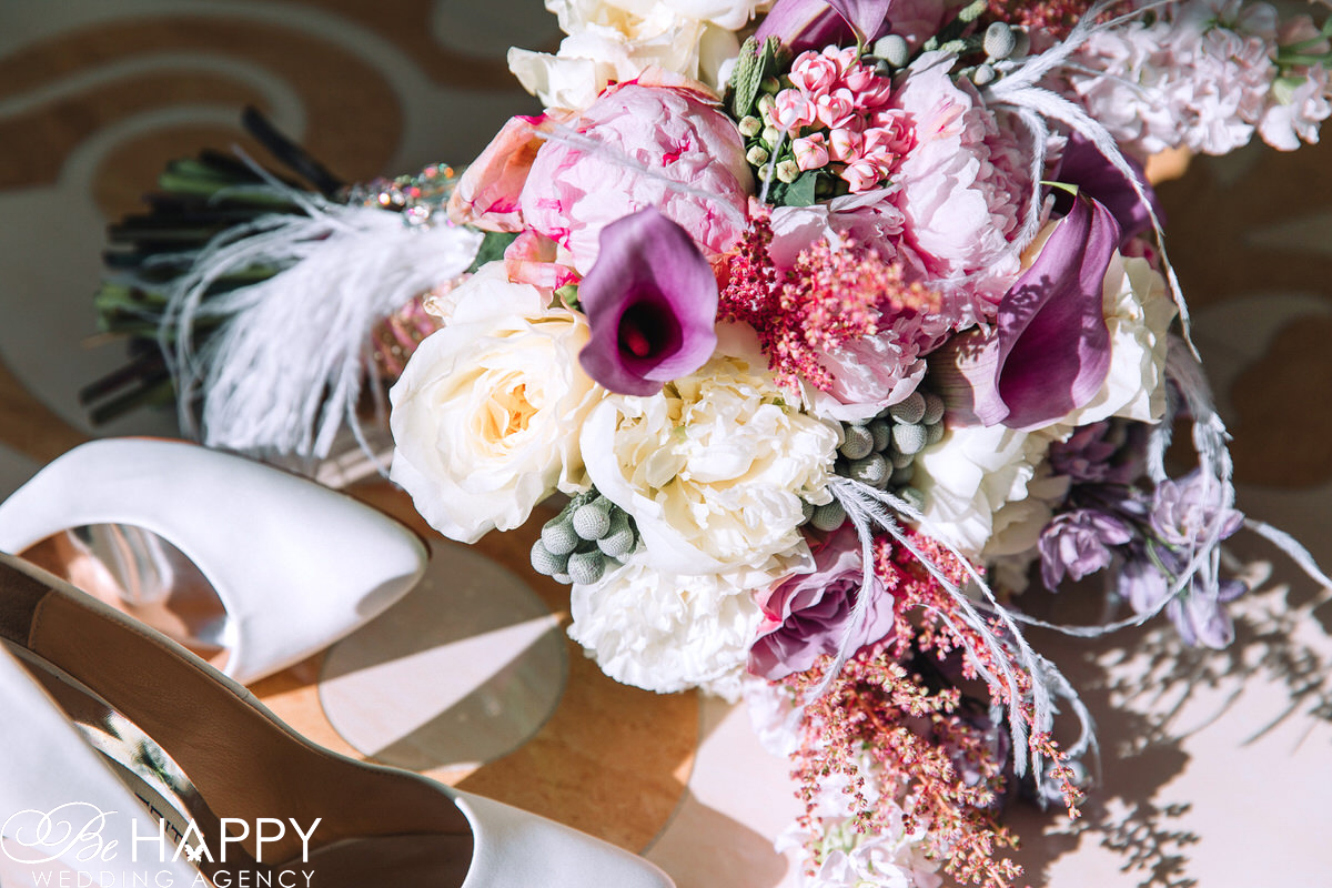 Фото туфлей невесты и свадебного букета