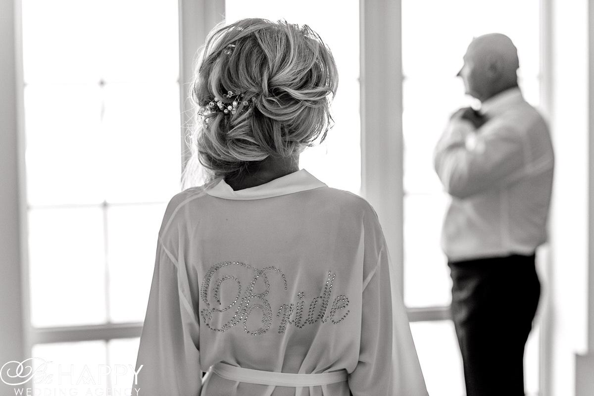 Черно-белое фото невесты со спины подготовка к свадьбе