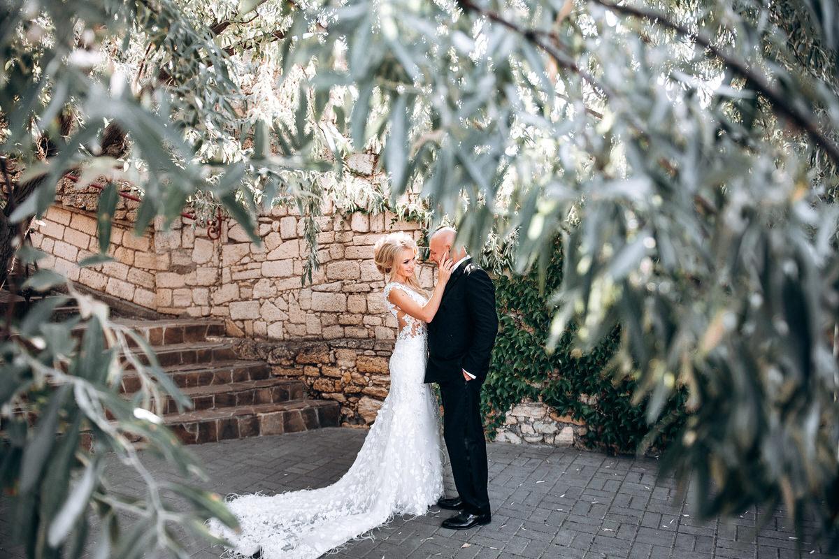 Фото обнимающихся жениха и невесты свадебная фотосессия