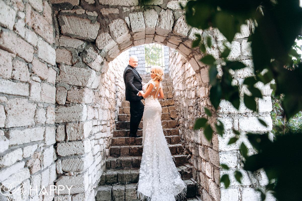 Фото жениха и невесты идущих по лестнице свадебная фотосессия