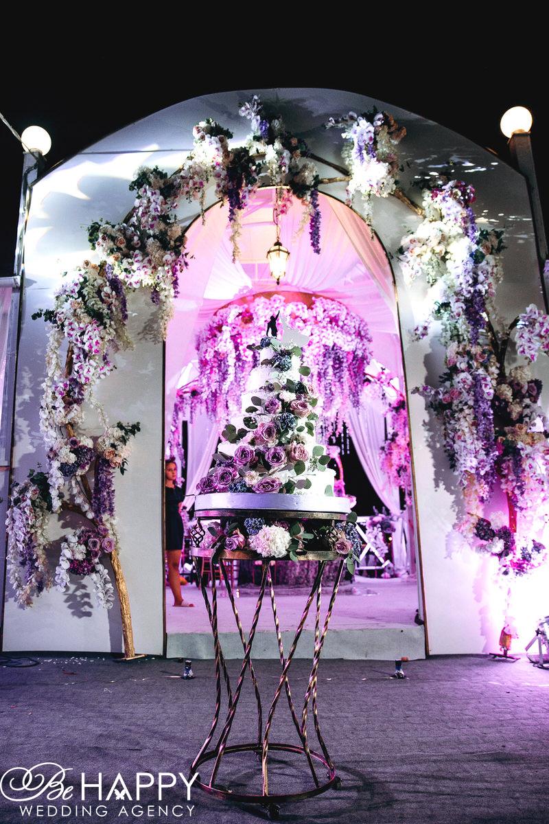Подсвеченная свадебная арка с живыми цветами фото