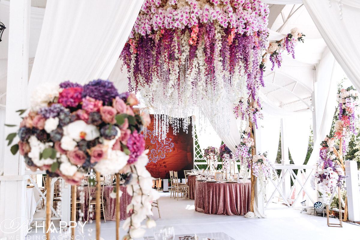 Банкетный зал украшенный свисающими орхидеями свадьба Николаев