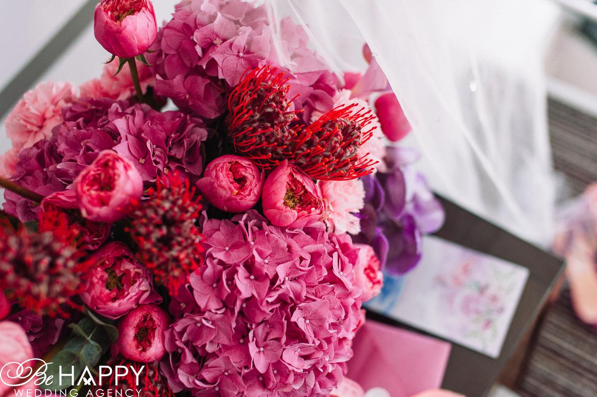 Букет невесты с ярко-розовыми гортензиями