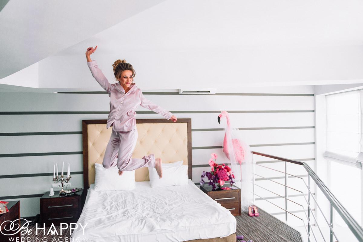 фото невесты прыгающей на кровати утро перед свадьбой