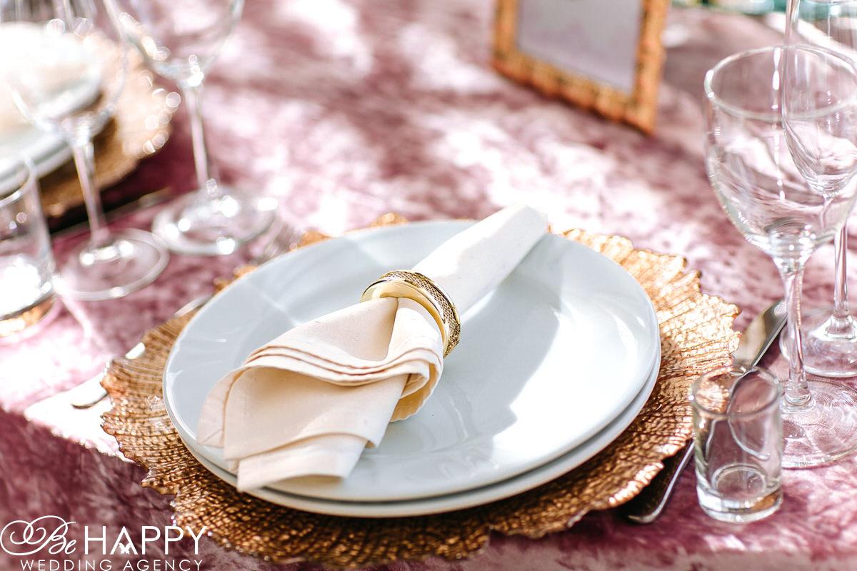Салфетка с декоративным кольцом сервировка банкетного стола