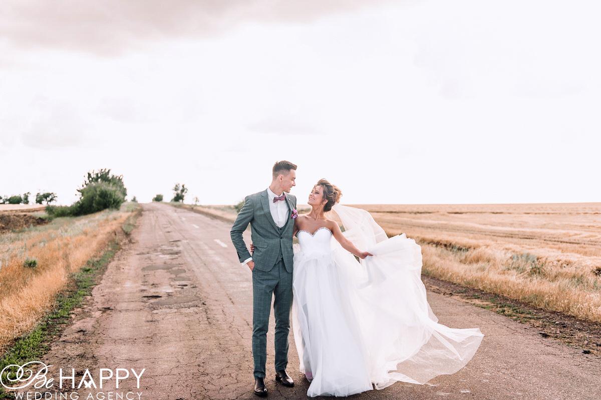 Фото жениха и невесты на проселочной дороге фотосессия