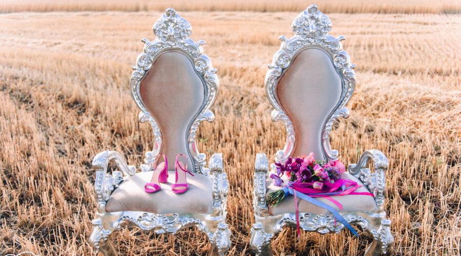 Свадебная фотосессия стулья с туфлями невесты и свадебным букетом