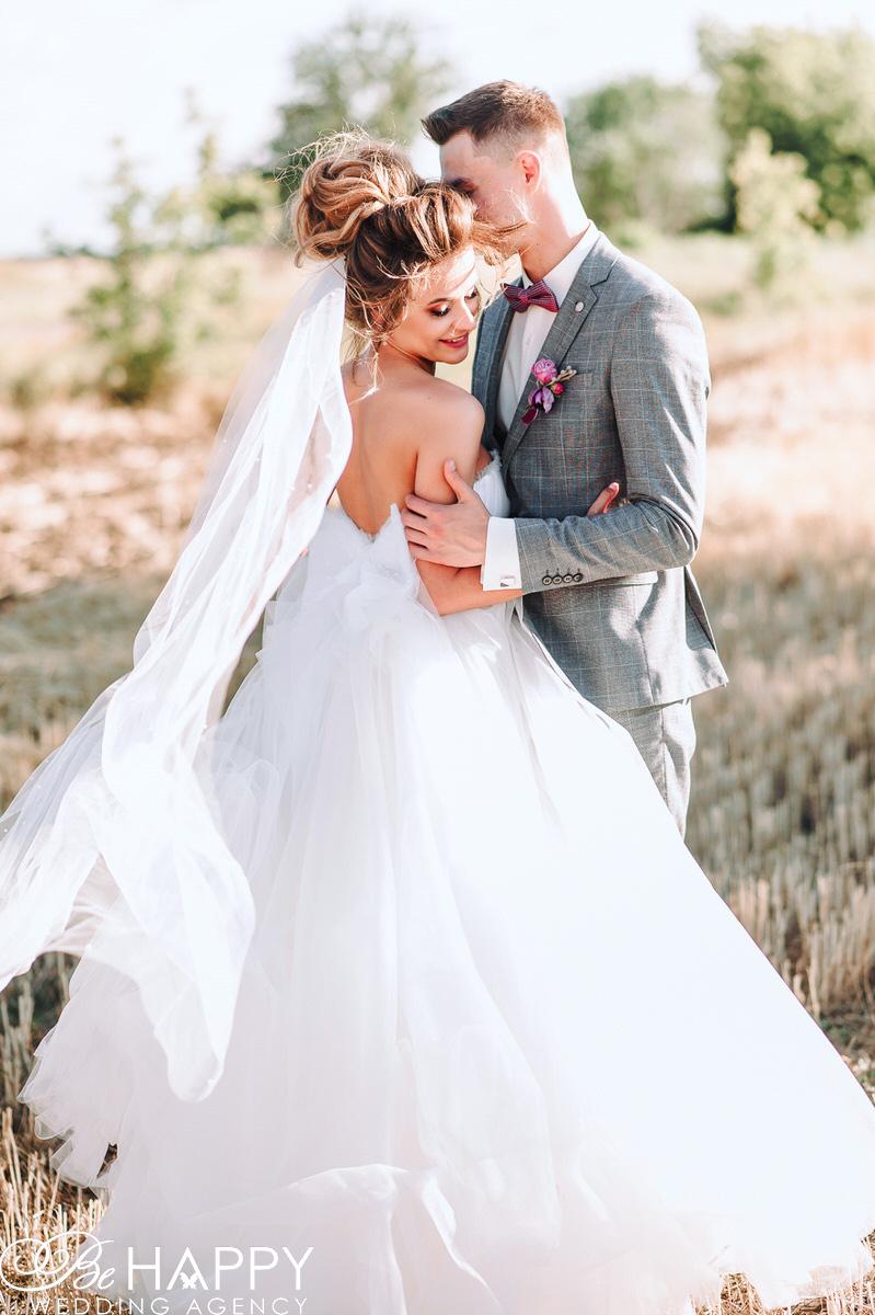 Нежное фото жениха и невесты в поле свадебная фотосессия