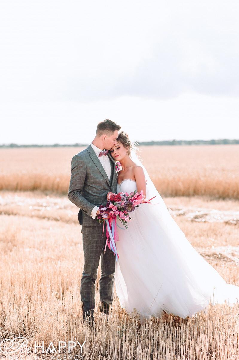 Невеста положила голову на плечо жениху свадебная фотосессия