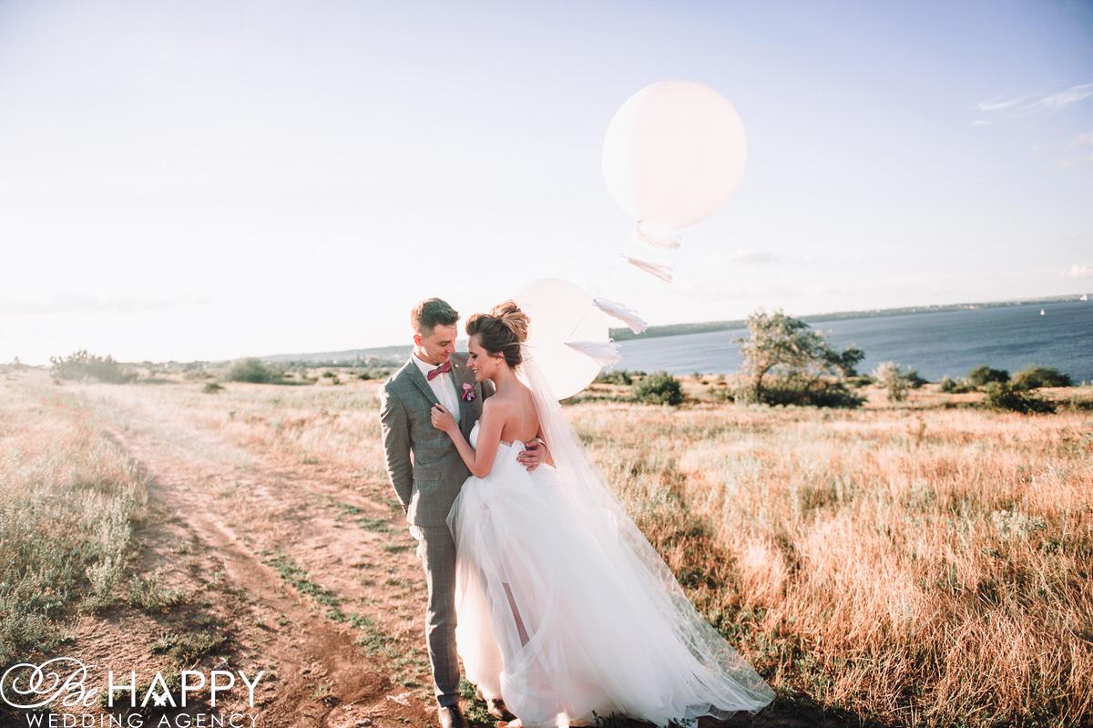 Свадебная фотосессия на фоне реки фото молодоженов