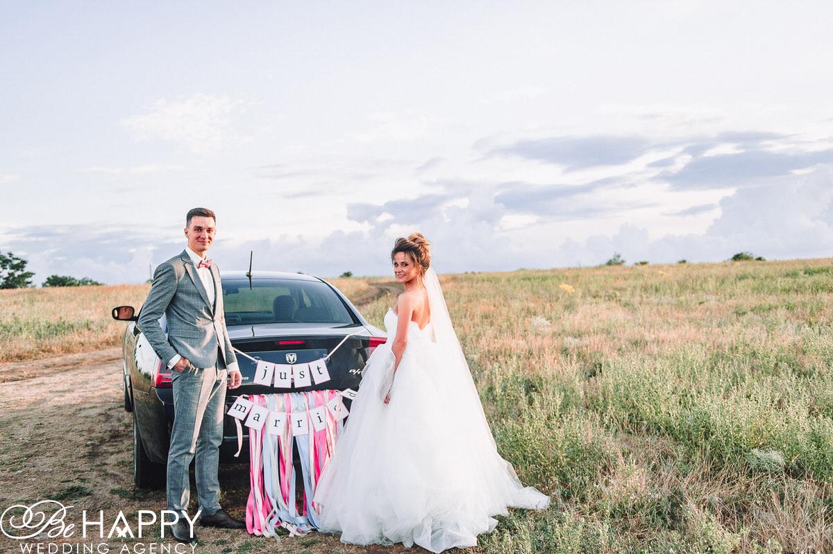 Фото молодоженов возле свадебного автомобиля