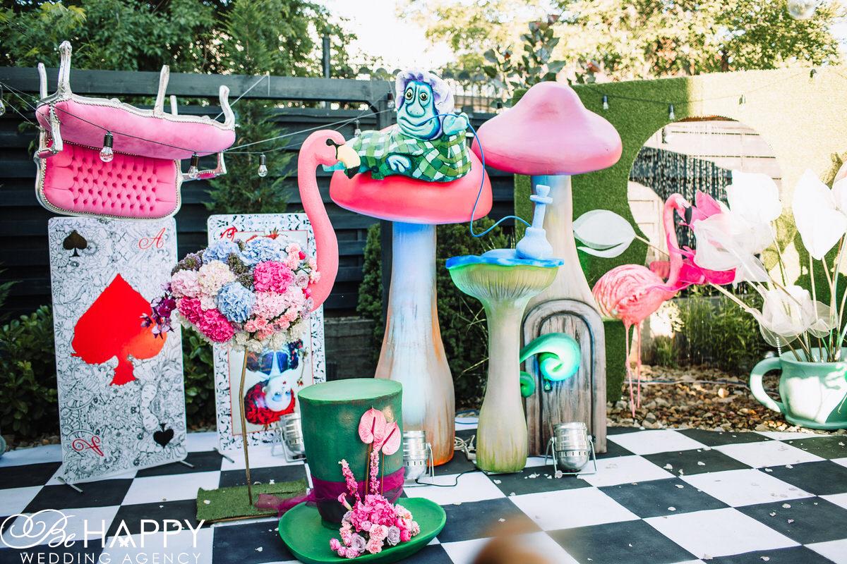 Свадебная фото-зона в стиле Алисы в стране чудес
