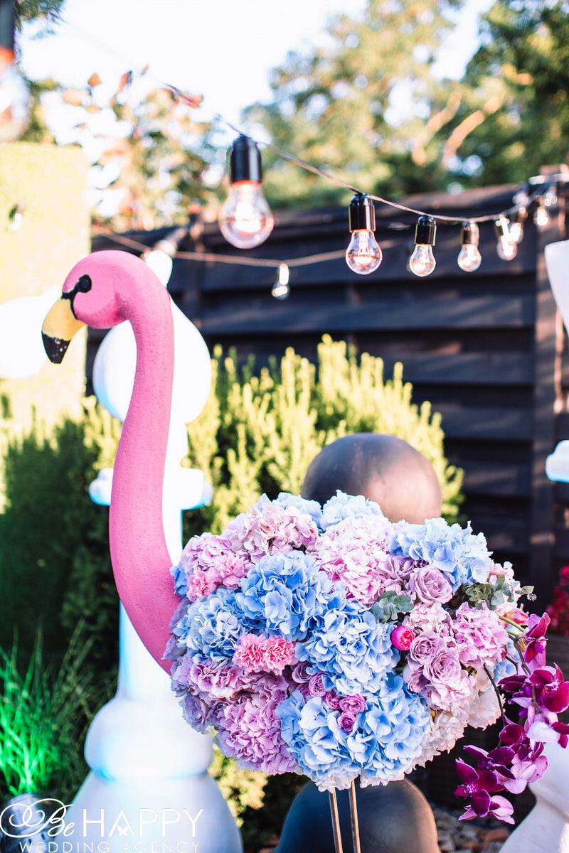 Фигурка розового фламинго с живыми цветами свадебный декор