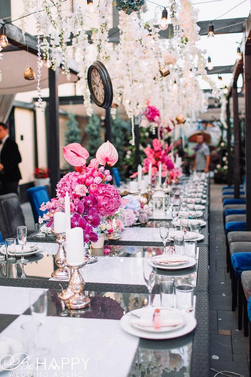 Украшение банкетного стола живыми цветами и столовыми приборами