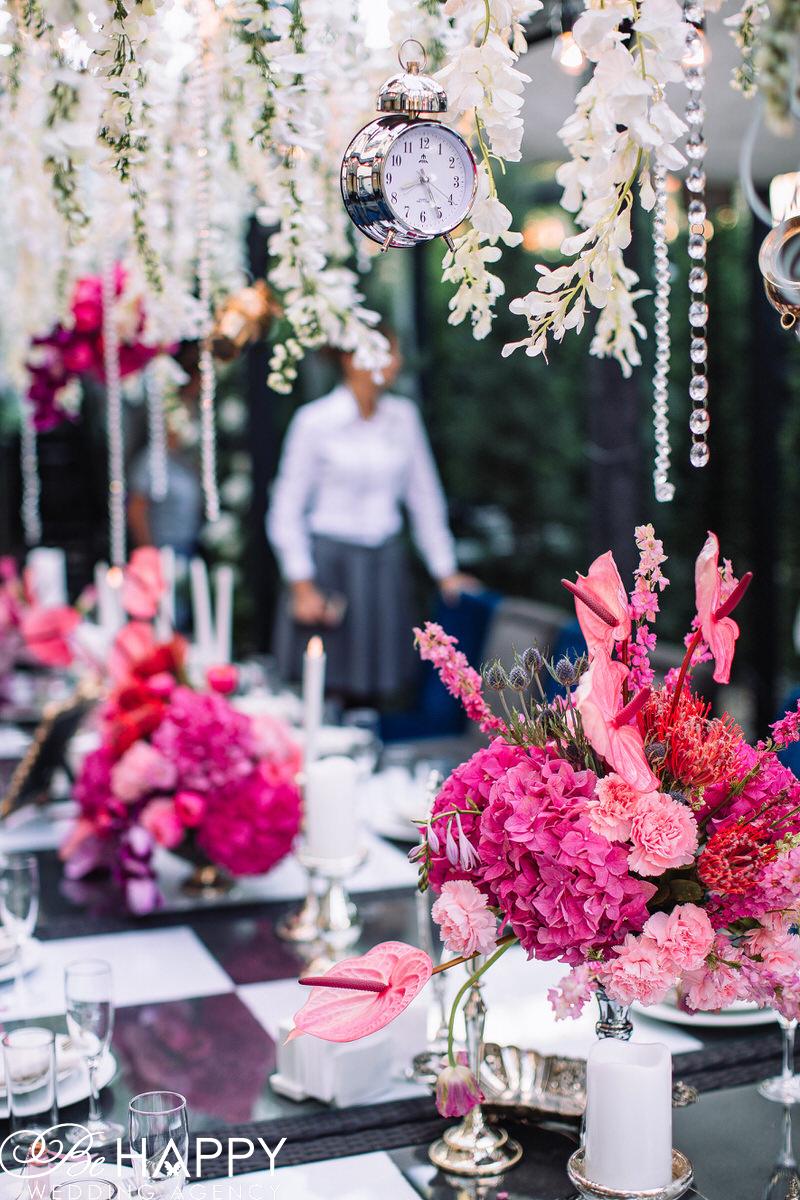 Цветочная композиция их гортензий, роз и калл банкетный стол