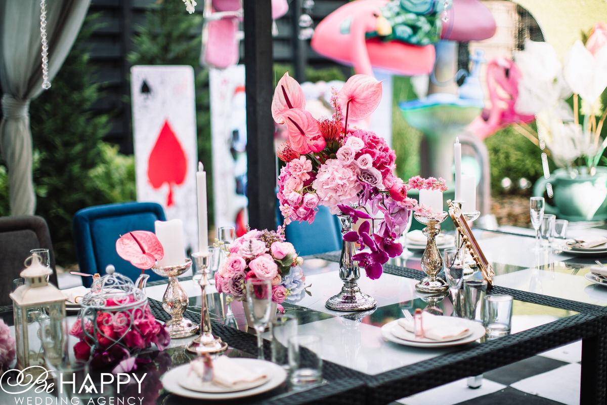 Свадебный декор живые цветы и предметы декора на банкетном столе