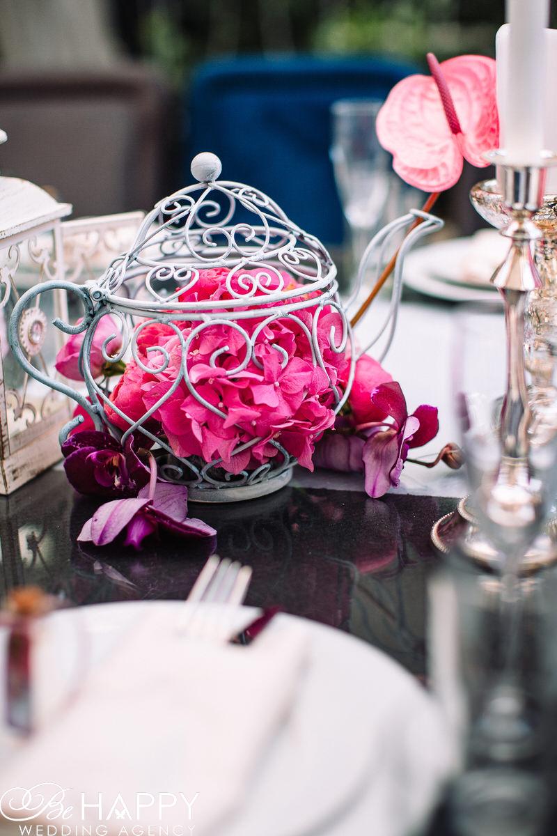 Декоративный чайник с живыми цветами внутри фото