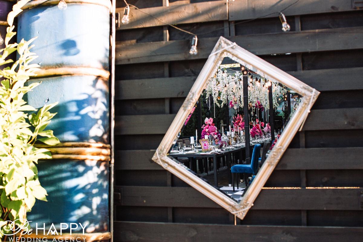 Отражение банкетного зала в зеркале фото Daily Sport