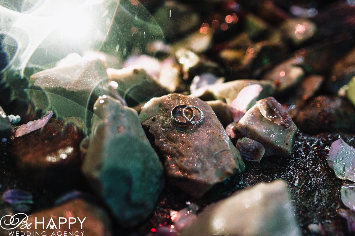 Обручальные кольца лежащие на камнях