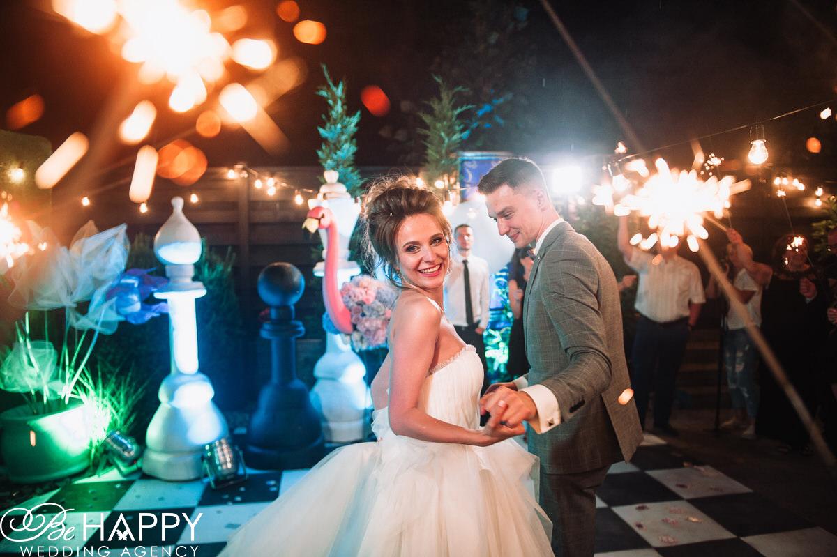 Фото танцующих жениха и невесты бихеппи свадьба Николаев
