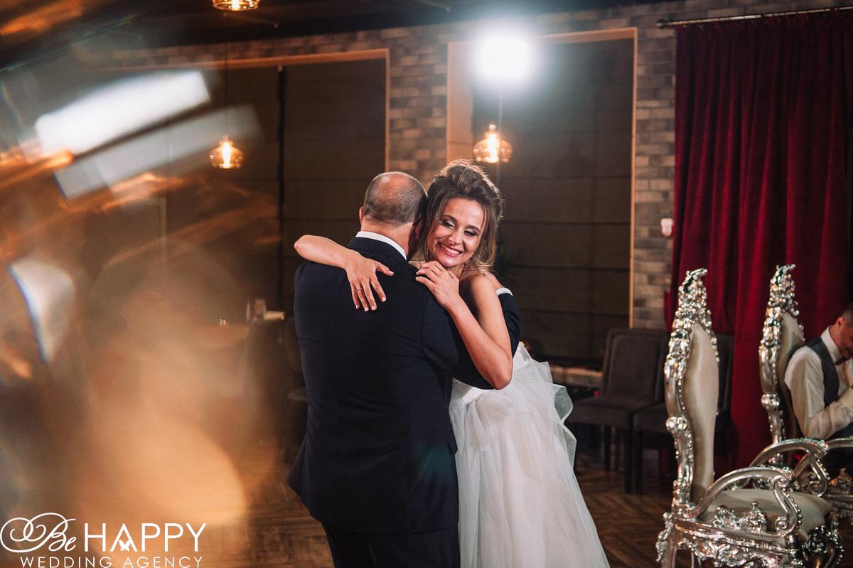 Невеста обнимается с отцом фото Би Хеппи Николаев