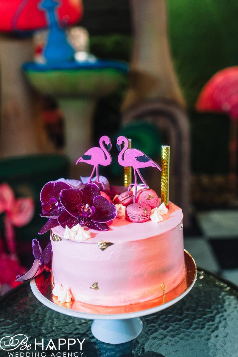 Свадебный торт с орхидеями и фигурками фламинго