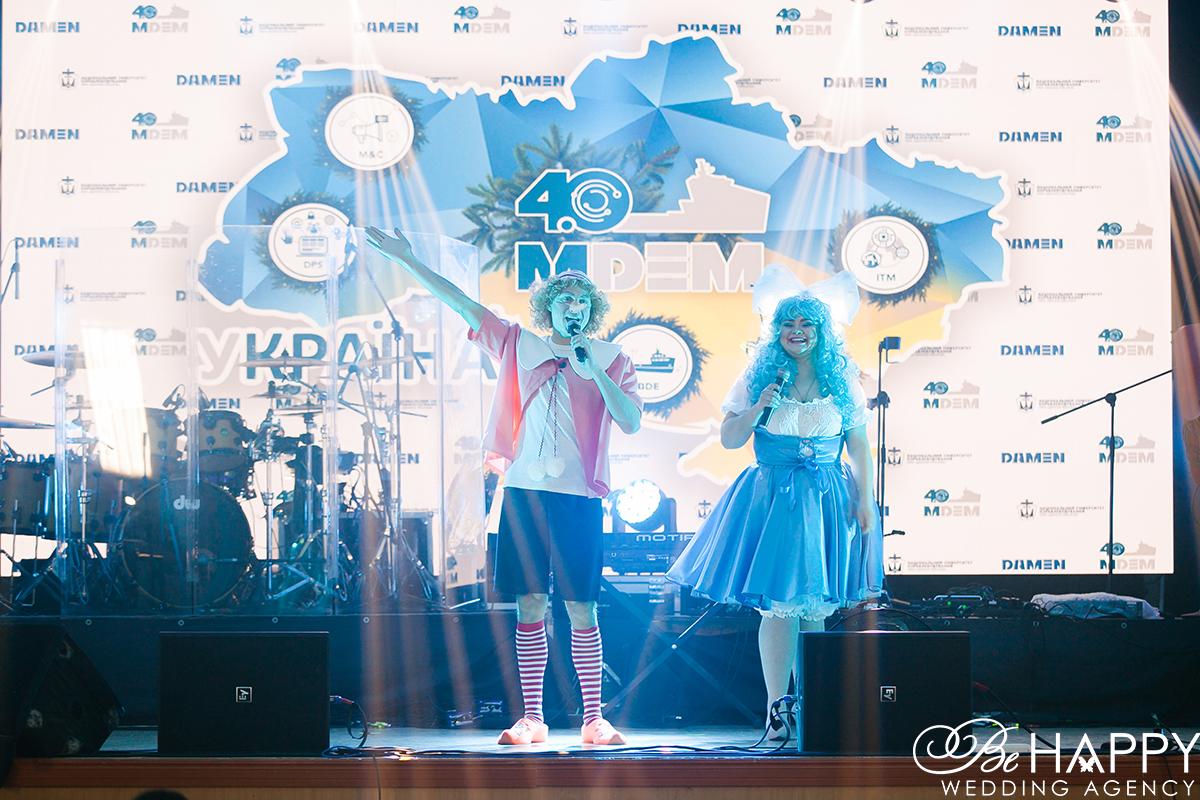 Артисты команды Легко и Просто в образе Буратино и Мальвины на сцене