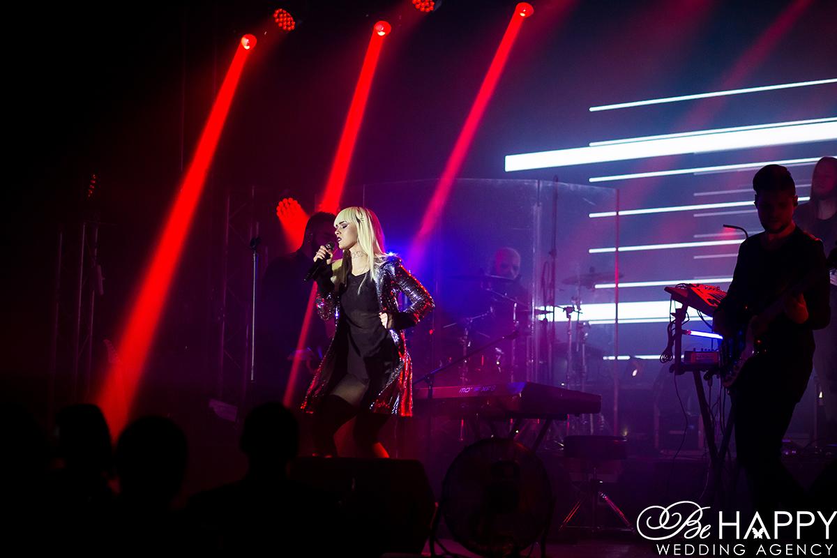 Юлия Санина с микрофоном в руках