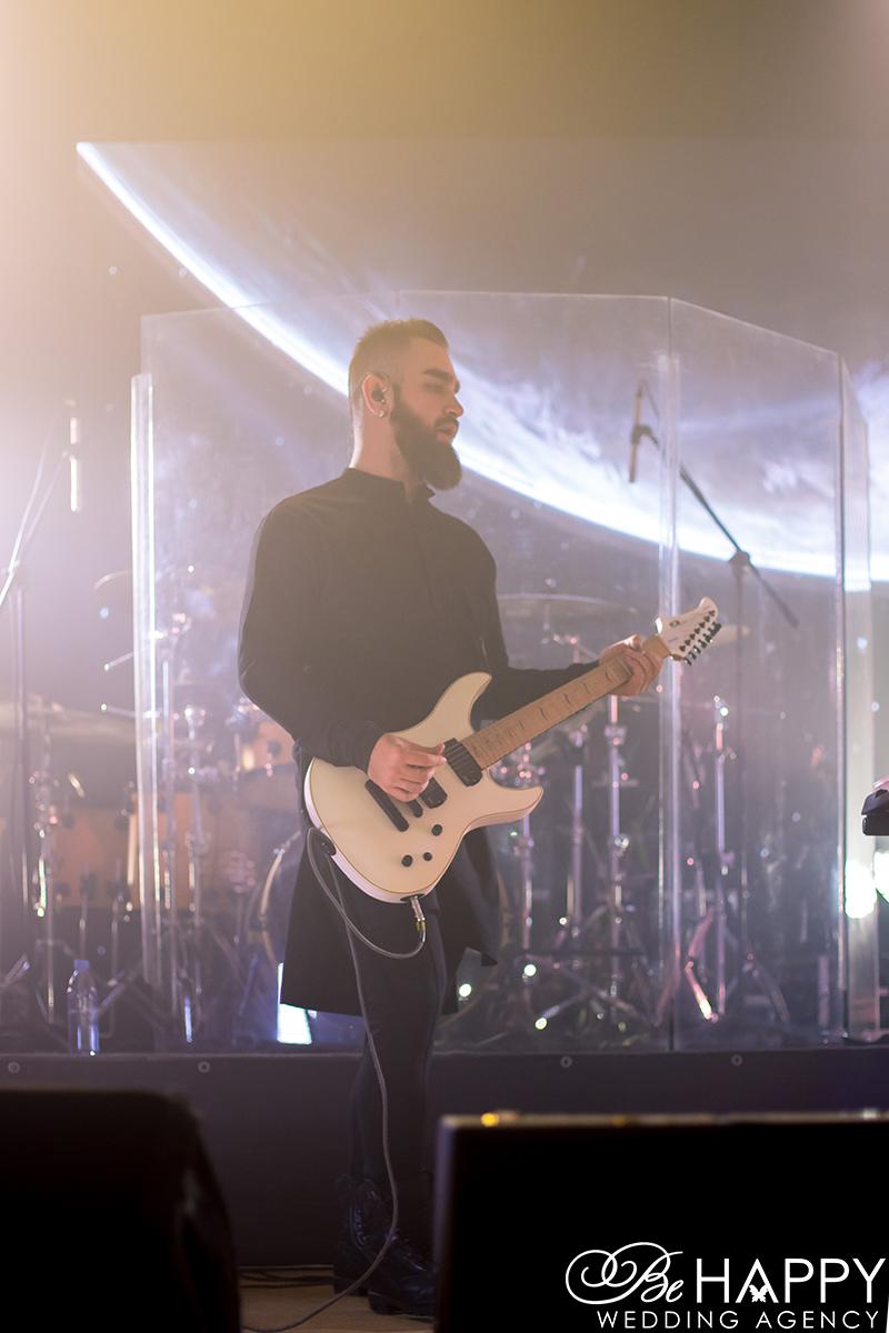 Бас-гитарист группы Hardkiss во время выступления