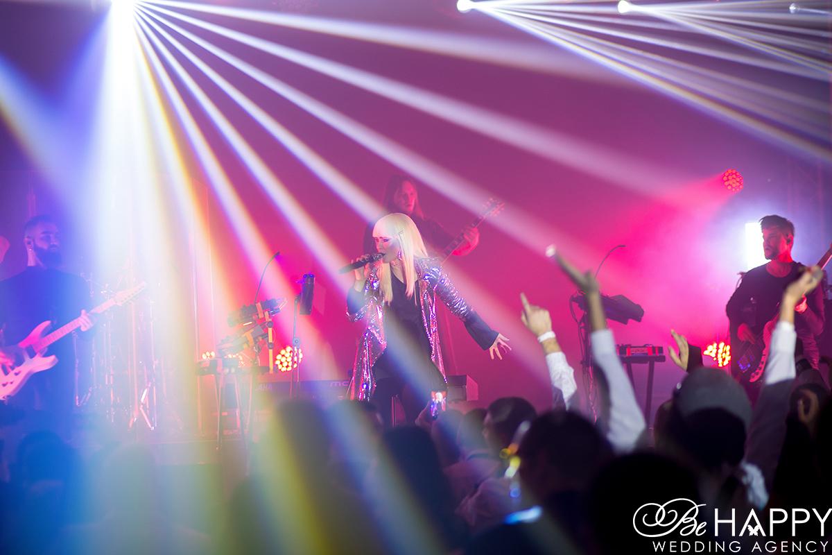 Фото солистки Hardkiss Юлии Саниной на сцене
