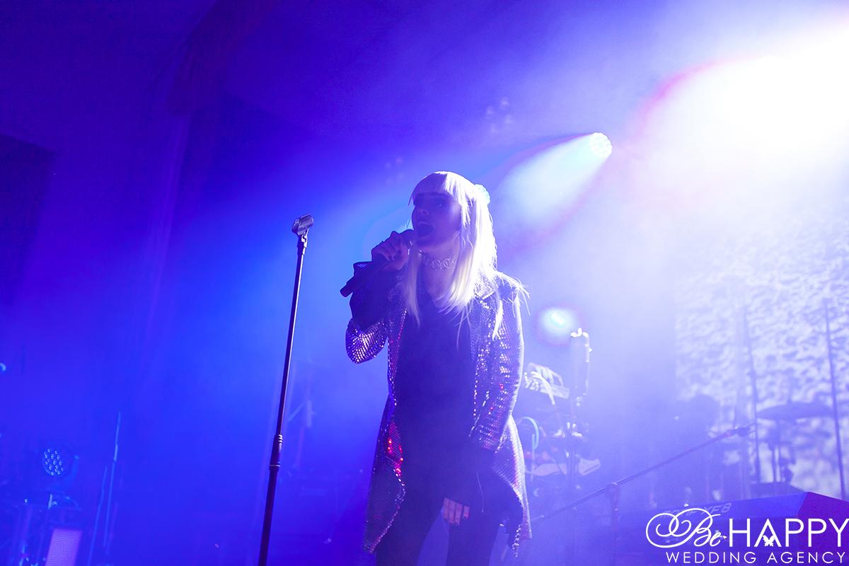 Выступление Hardkiss Юлия Санина с микрофоном в руках