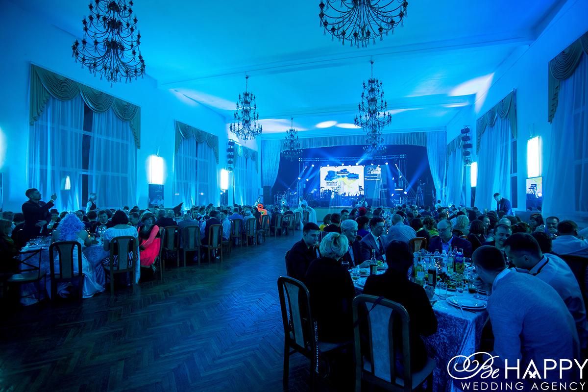 Фото банкетного зала с гостями Бихеппи Николаев