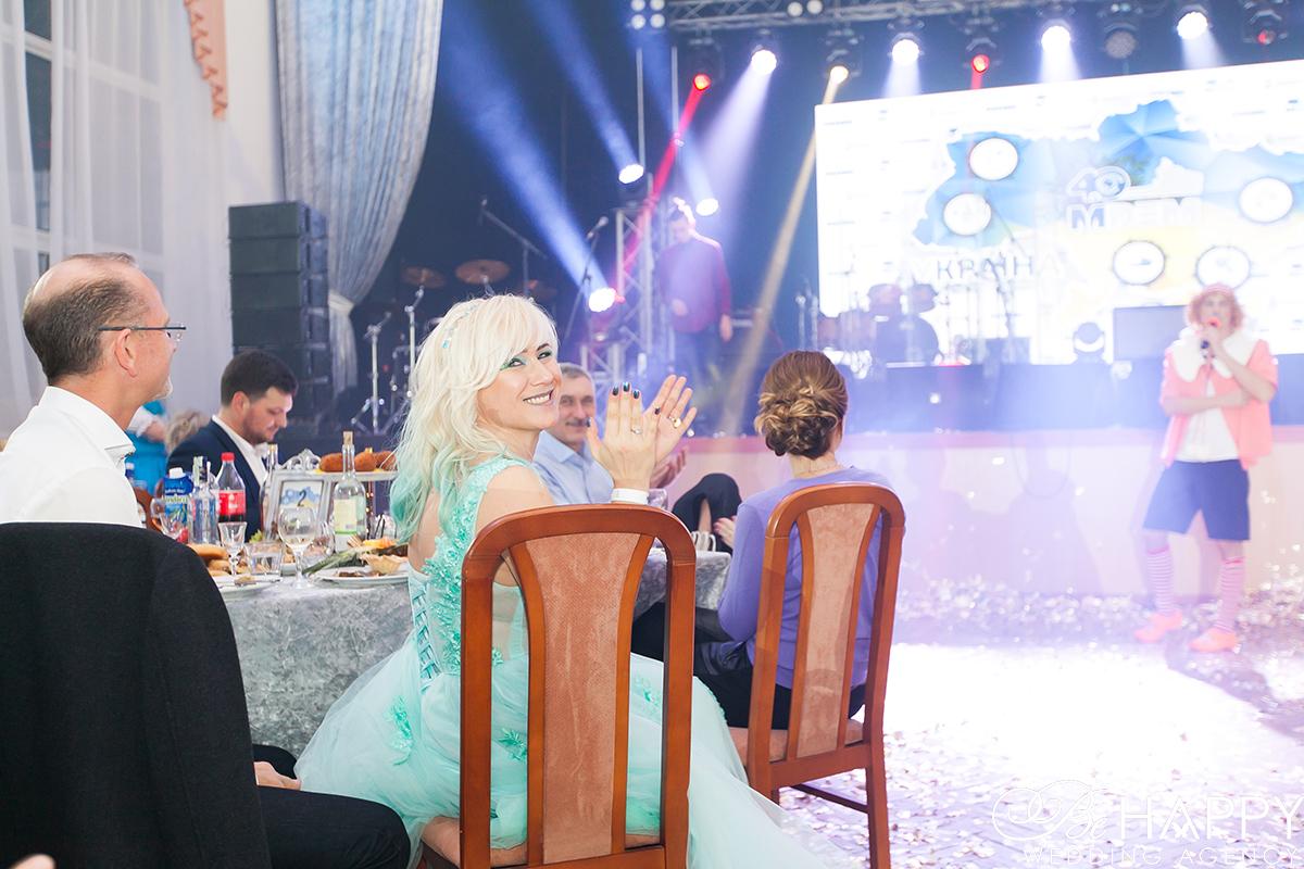 Фото гостью хлопающей выступлению на сцене
