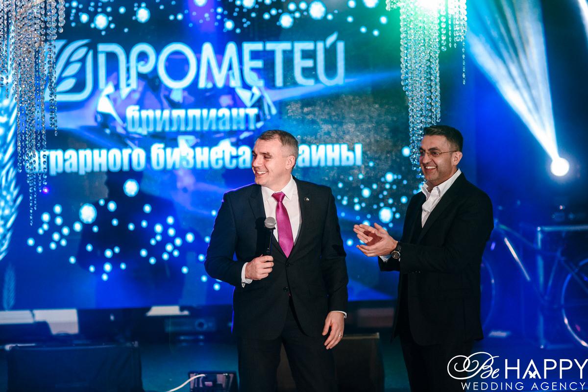 Александр Сенкевич с микрофоном корпоративное мероприятие Прометей