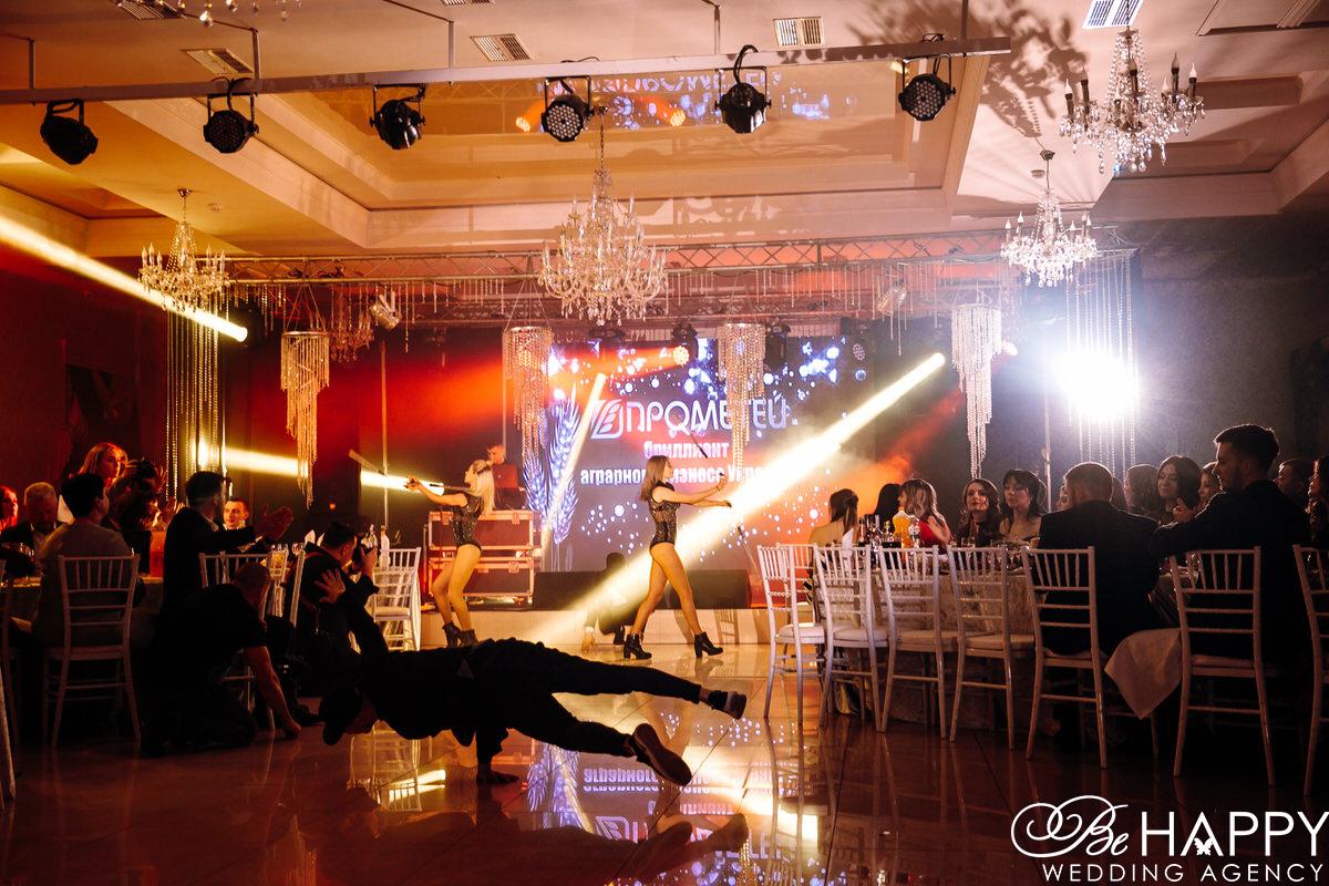 Гости корпоративного мероприятия Прометей наблюдают за танцорами
